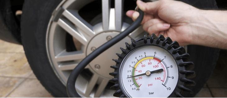 Medir la presión de los llantas de un carro