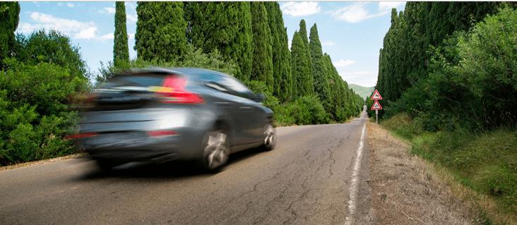 La vibración de un carro en una carretera rural