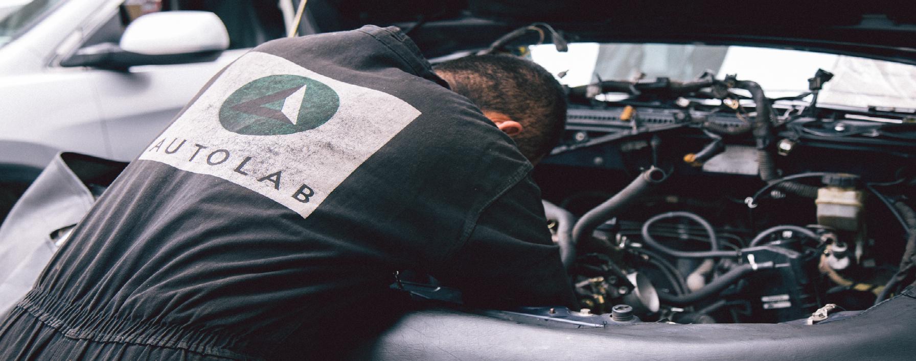 Mecáncio de Autolab repara un motor