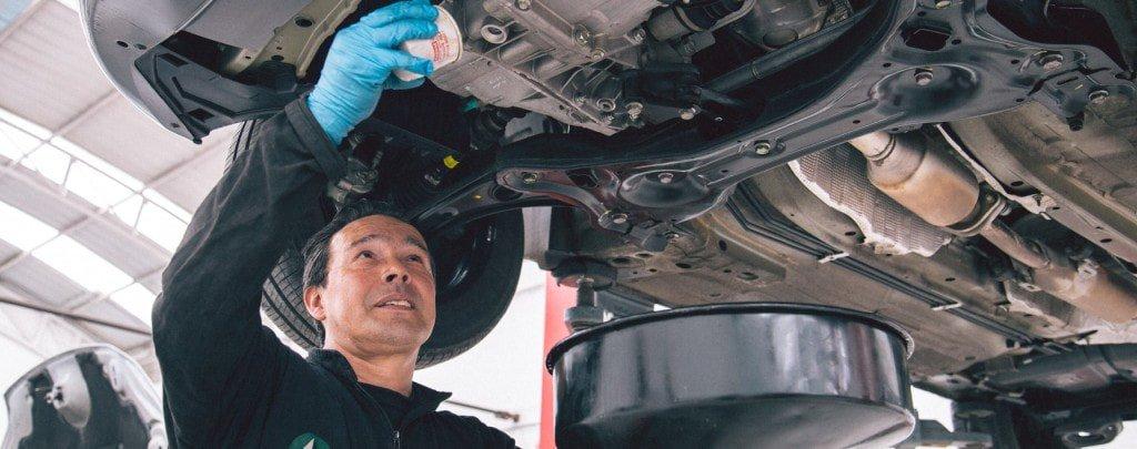Mecáncio de Autolab lleva a cabo un cambio de aceite