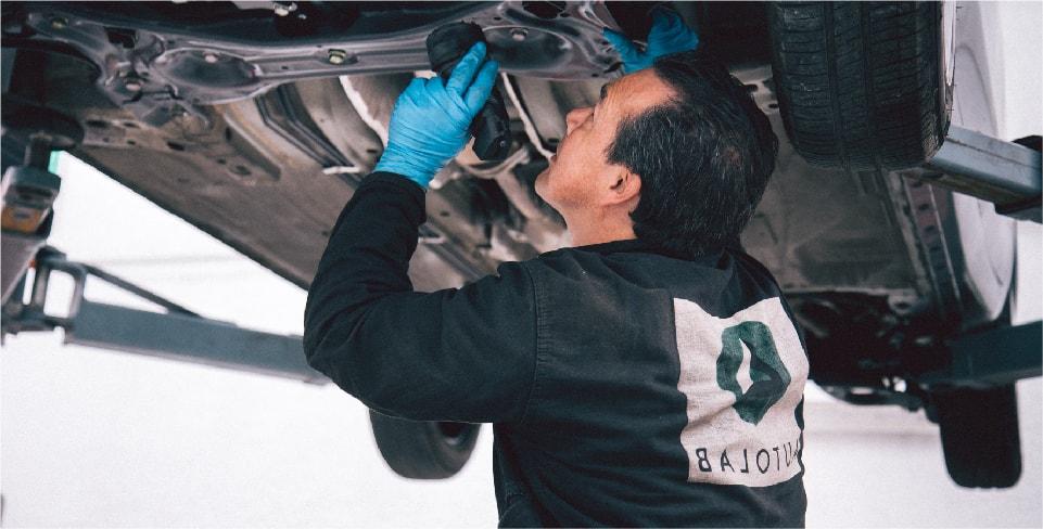 Mecánico hace una revision general de un carro