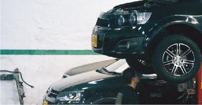 Mecancio hace un mantemiento por kilometraje de un carro