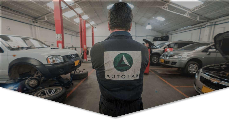Mecanico de Autolab en un taller con carros