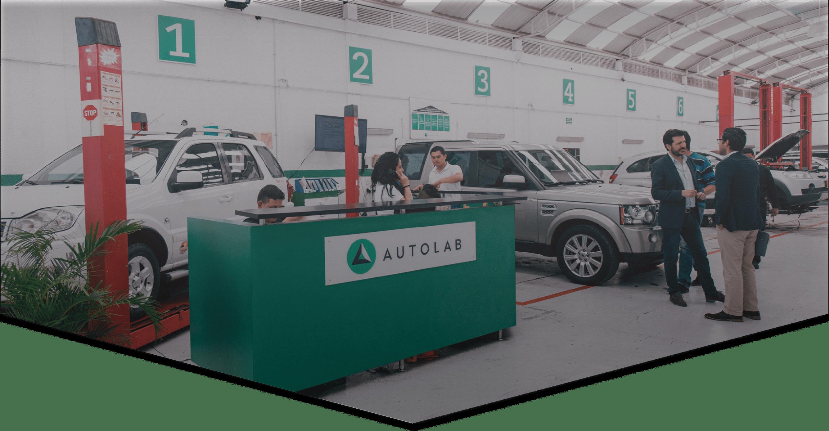 Taller de Autolab con clientes y carros